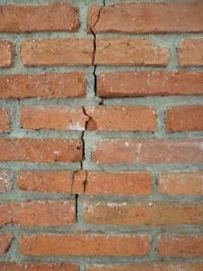 Retakan pada bangunan dapat menimbulkan kerusakan lebih lanut pada bangunan. Retakan yang terlihat di permukaan dapat mudah untuk dideteksi, namun bagaimana dengan retakan kecil yang terdapat di dalam material?
